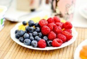 plate-of-blueberries-and-raspberries